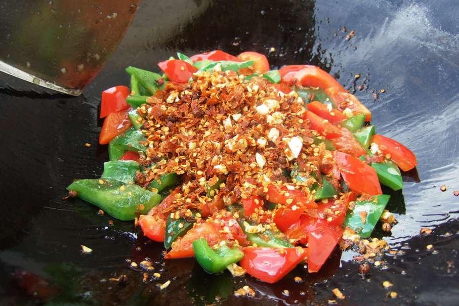 06 - Chili, Sichuanpfeffer und Knoblauch dazu.jpg
