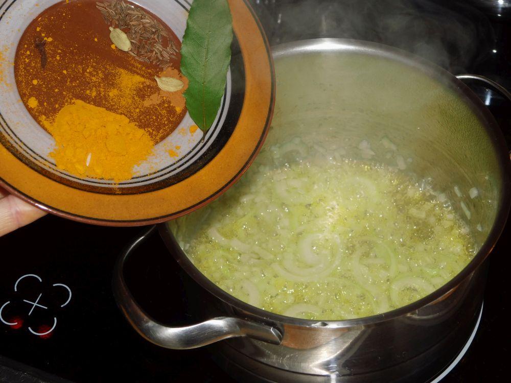 06_Zwiebel_und_Gewürze_für_den_Reis.jpg