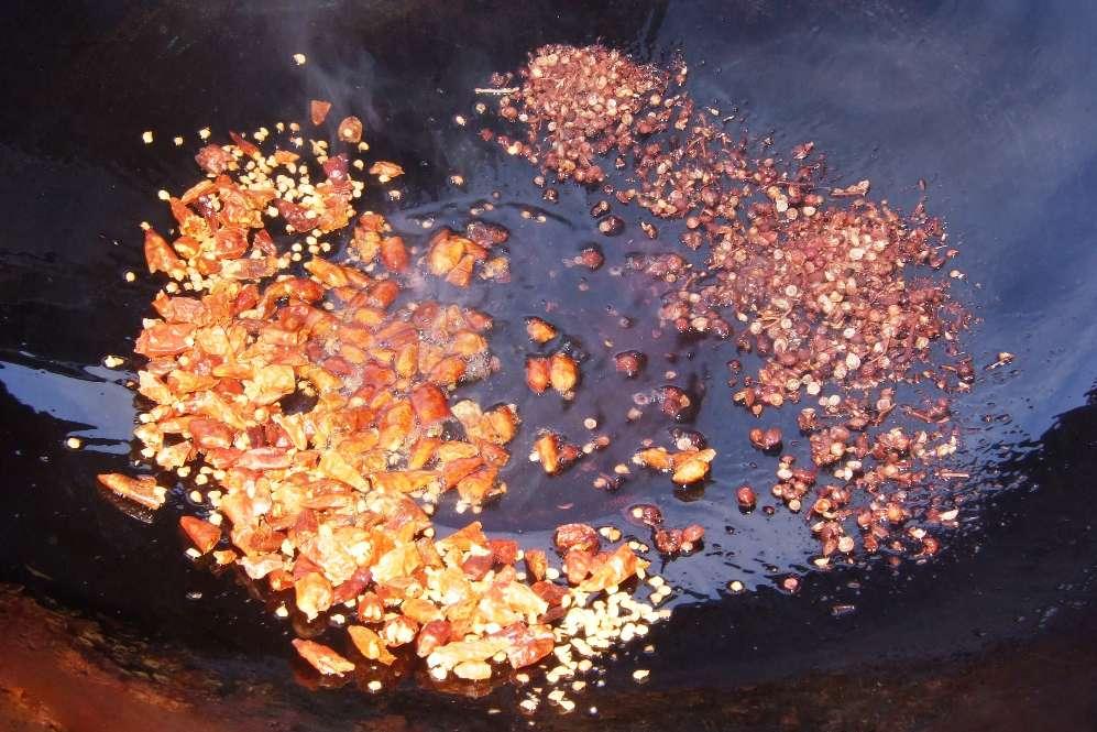 07 - Chili und Sichuanpfeffer anbraten.jpg