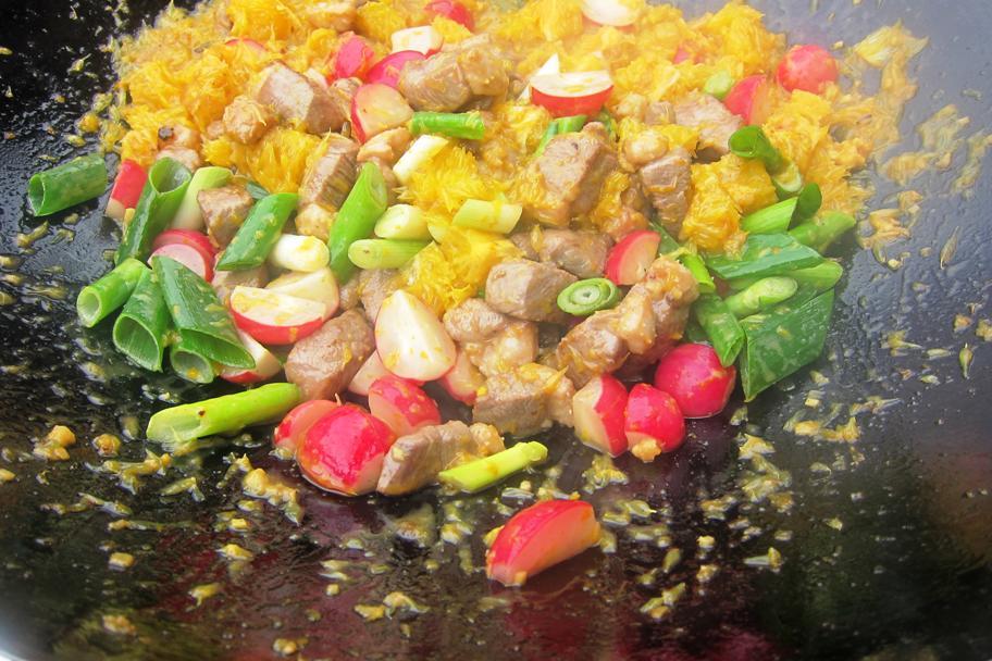 10 - F-Zwiebeln und Fleisch dazu, Sauce drauf.jpg