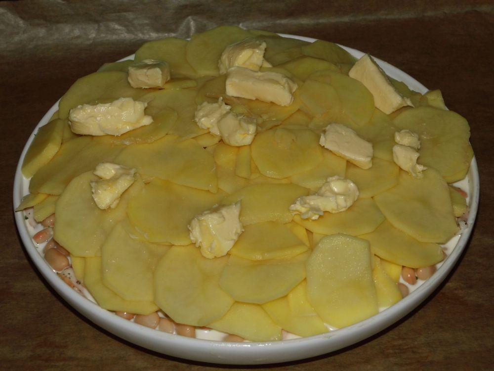 11_Mit_den_Kartoffelscheiben_abdecken_und_Butterflocken_drauf.jpg