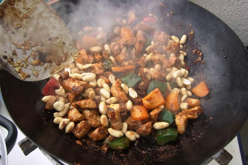 13 - Erdnüsse dazu, unterrühren.jpg