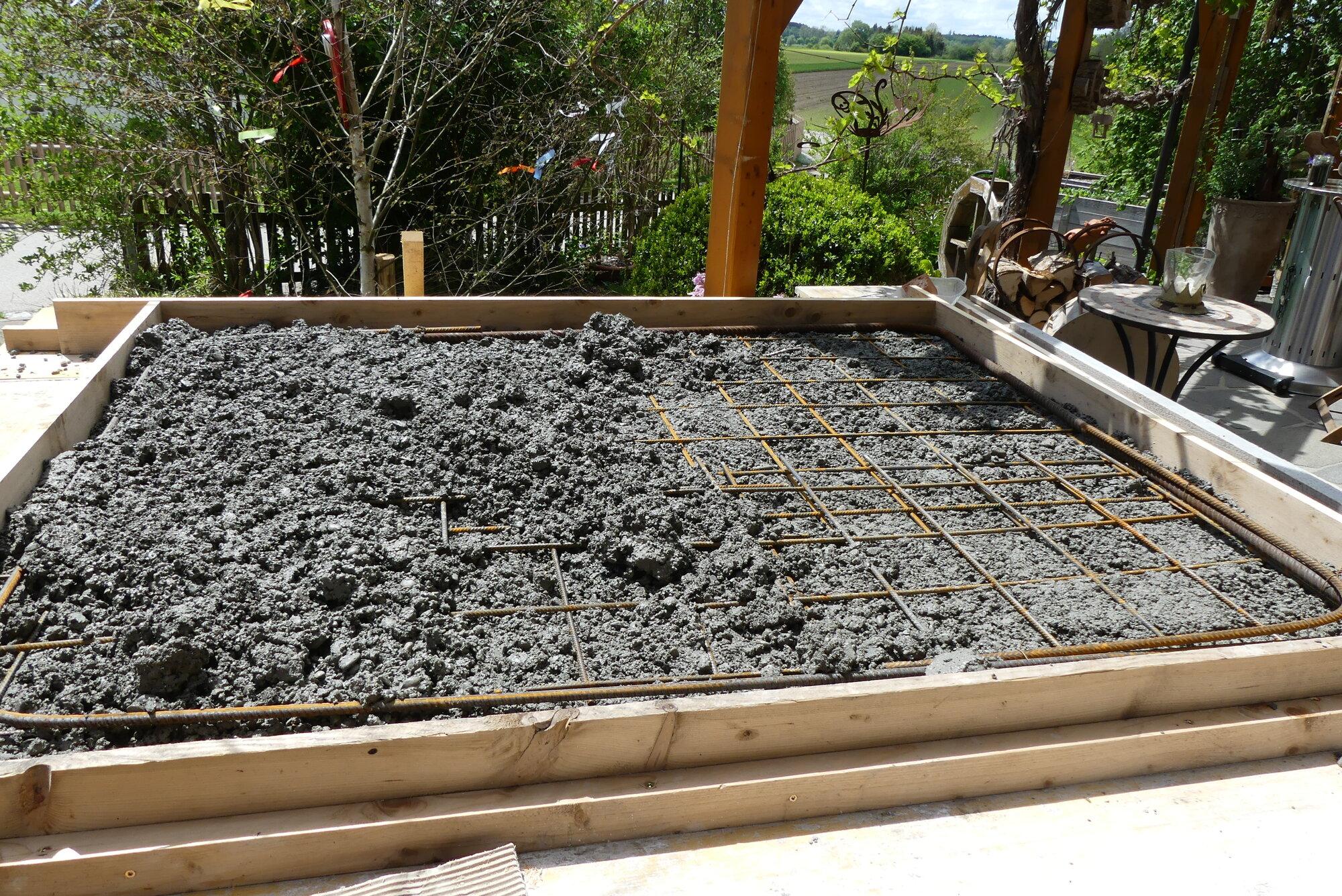 15. Betonplatte mit Eisen.JPG