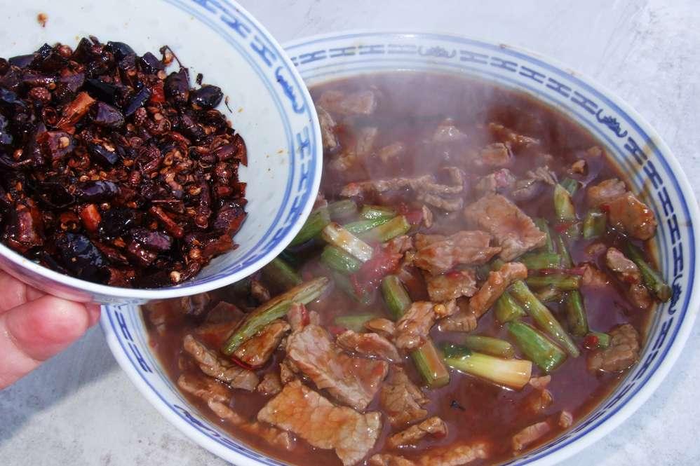 19 - Chili und Sichuanpfeffer drübergeben.jpg