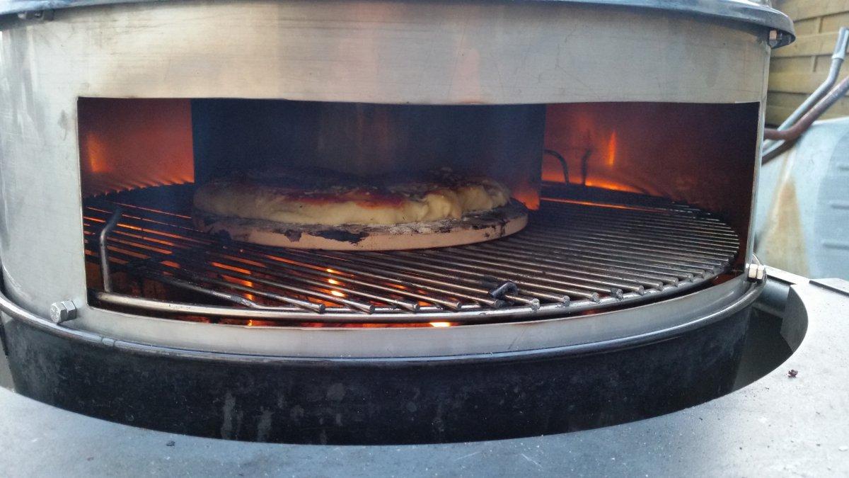 erste pizza aufm grill mit selbstbau pizza aufsatz grillforum und bbq. Black Bedroom Furniture Sets. Home Design Ideas