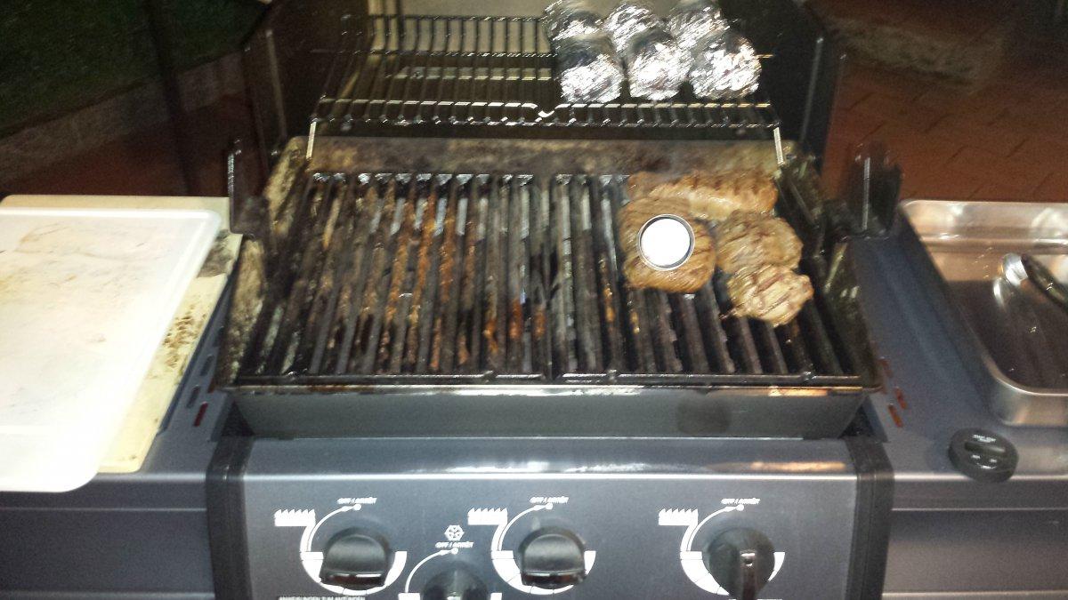 rinder steaks mit folienkartoffeln auf dem broil king monarch grillforum und bbq www. Black Bedroom Furniture Sets. Home Design Ideas