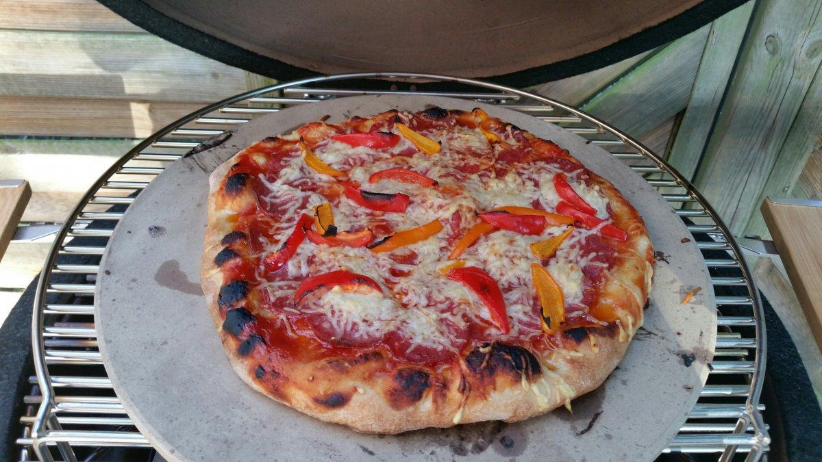 meine erste pizza auf dem mono grillforum und bbq www. Black Bedroom Furniture Sets. Home Design Ideas