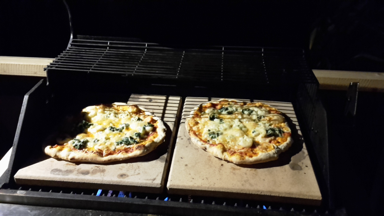 pizza vom gasgrill erster test mit dem neuem moesta pizzacover seite 4 grillforum und bbq. Black Bedroom Furniture Sets. Home Design Ideas