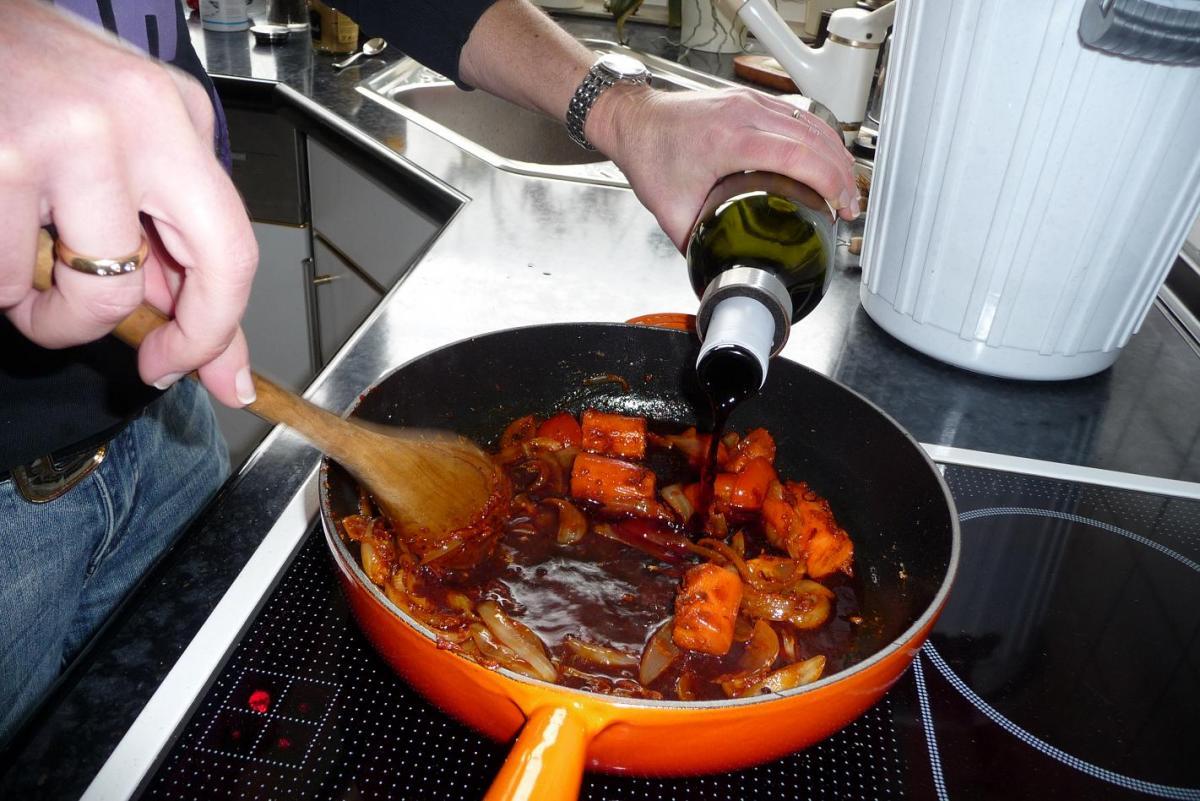 9 Wein ablöschen.jpg