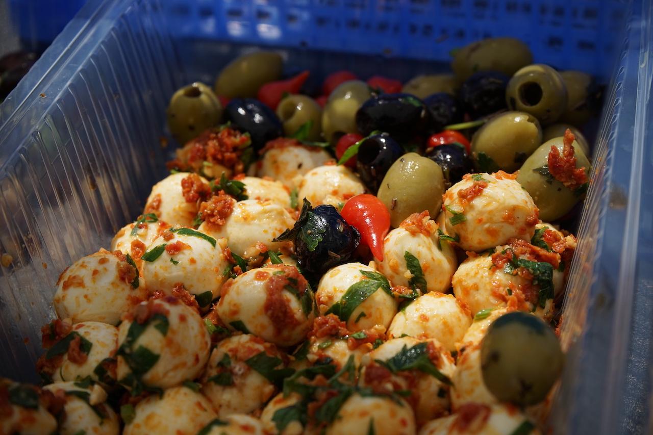 Antipasti Mozarella und Oliven.JPG