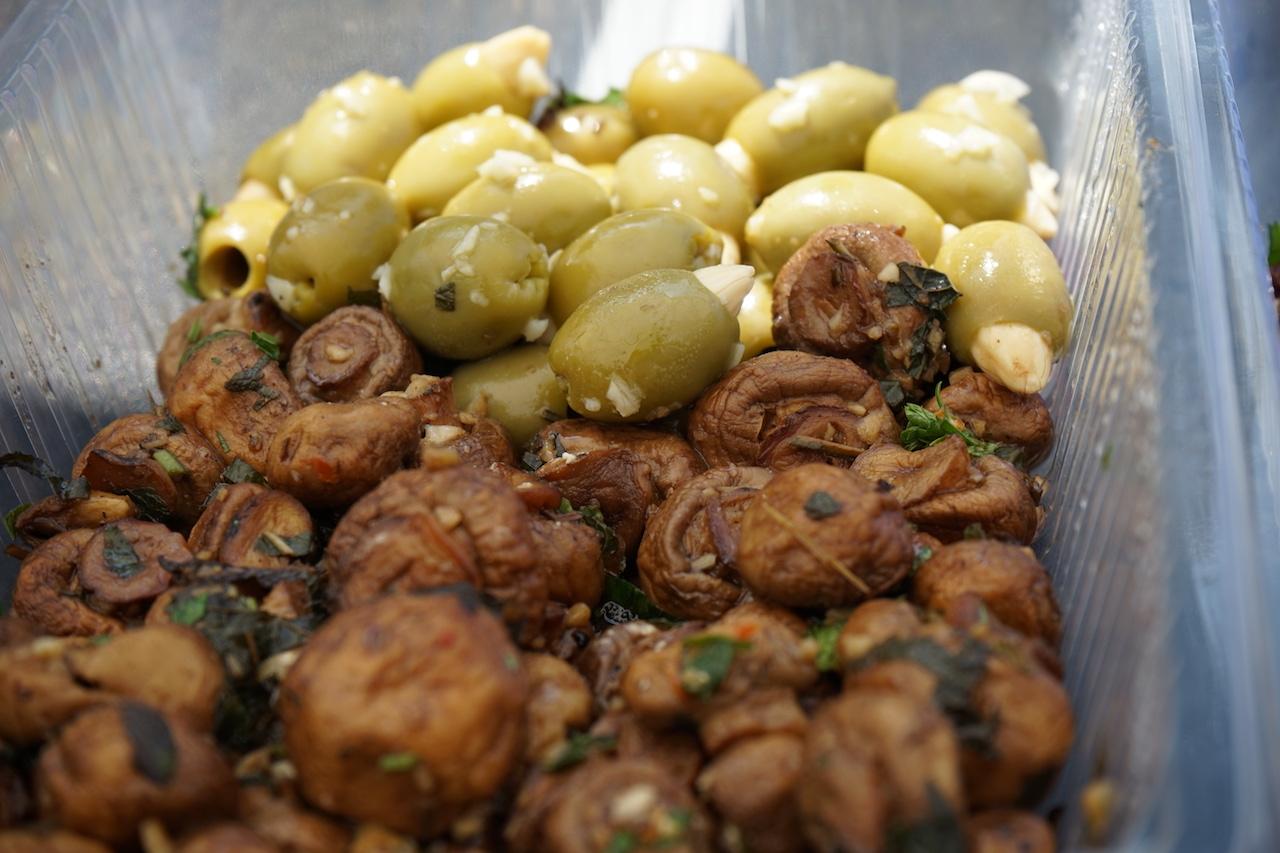 Antipasti Pilze und Oliven.JPG
