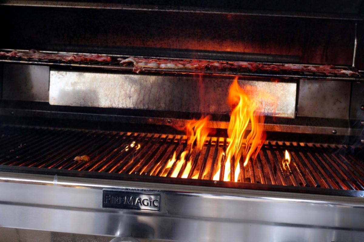 Bacon auf dem Fire Magic.JPG