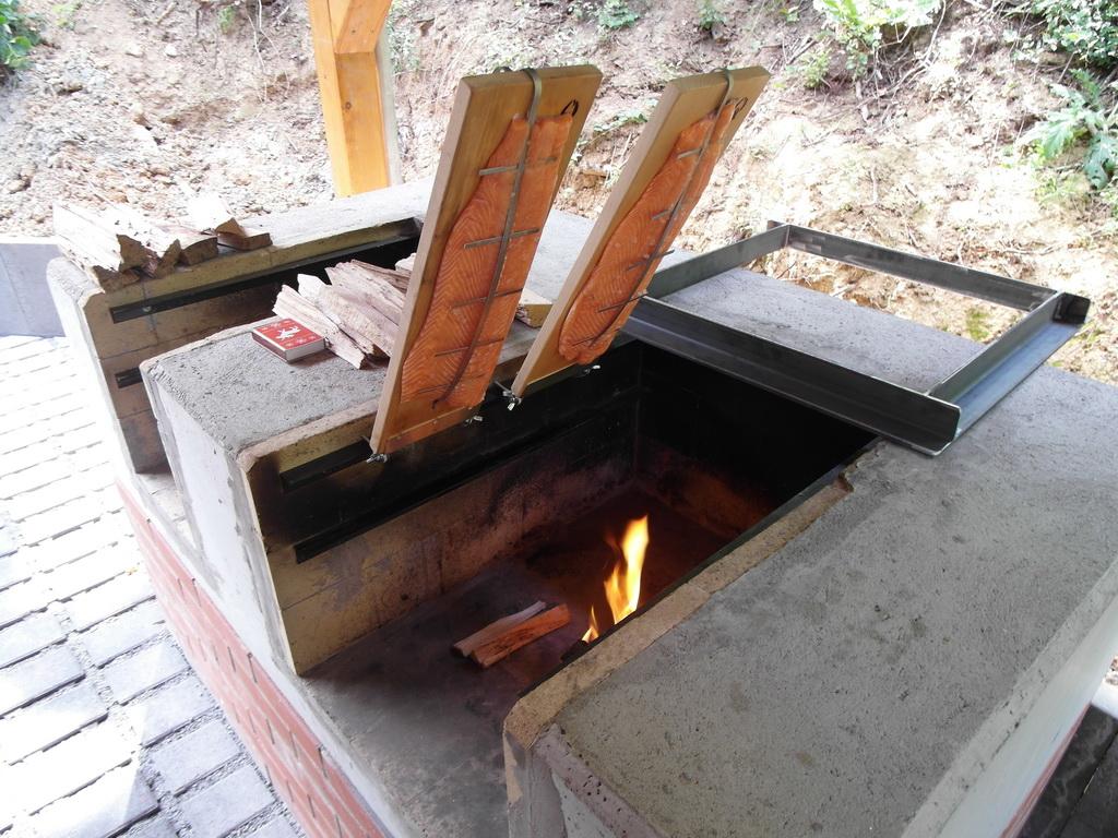 flammlachs mit weber gasgrill grillforum und bbq. Black Bedroom Furniture Sets. Home Design Ideas