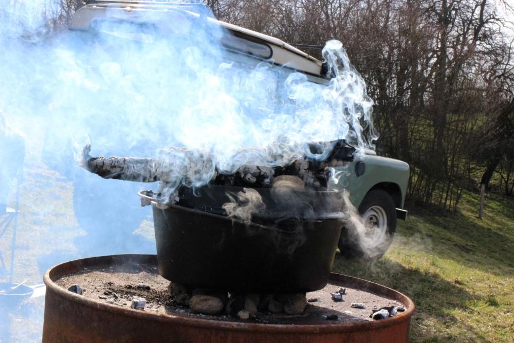 Der Dutch Oven gibt Rauchzeichen.JPG