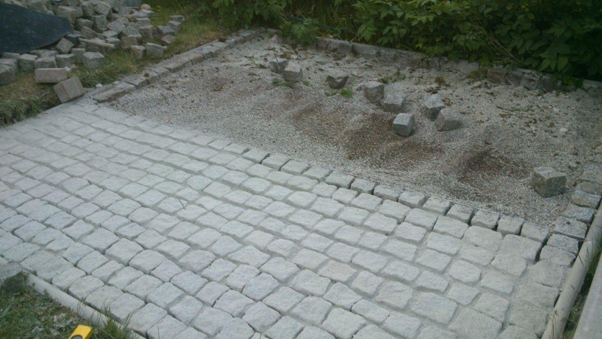 Und Nun Der Anfang Von Der Gartenküche. Hier Das Fundament. Die Holzstücke  Sind Nur Zum Ausrichten Der Halterung.