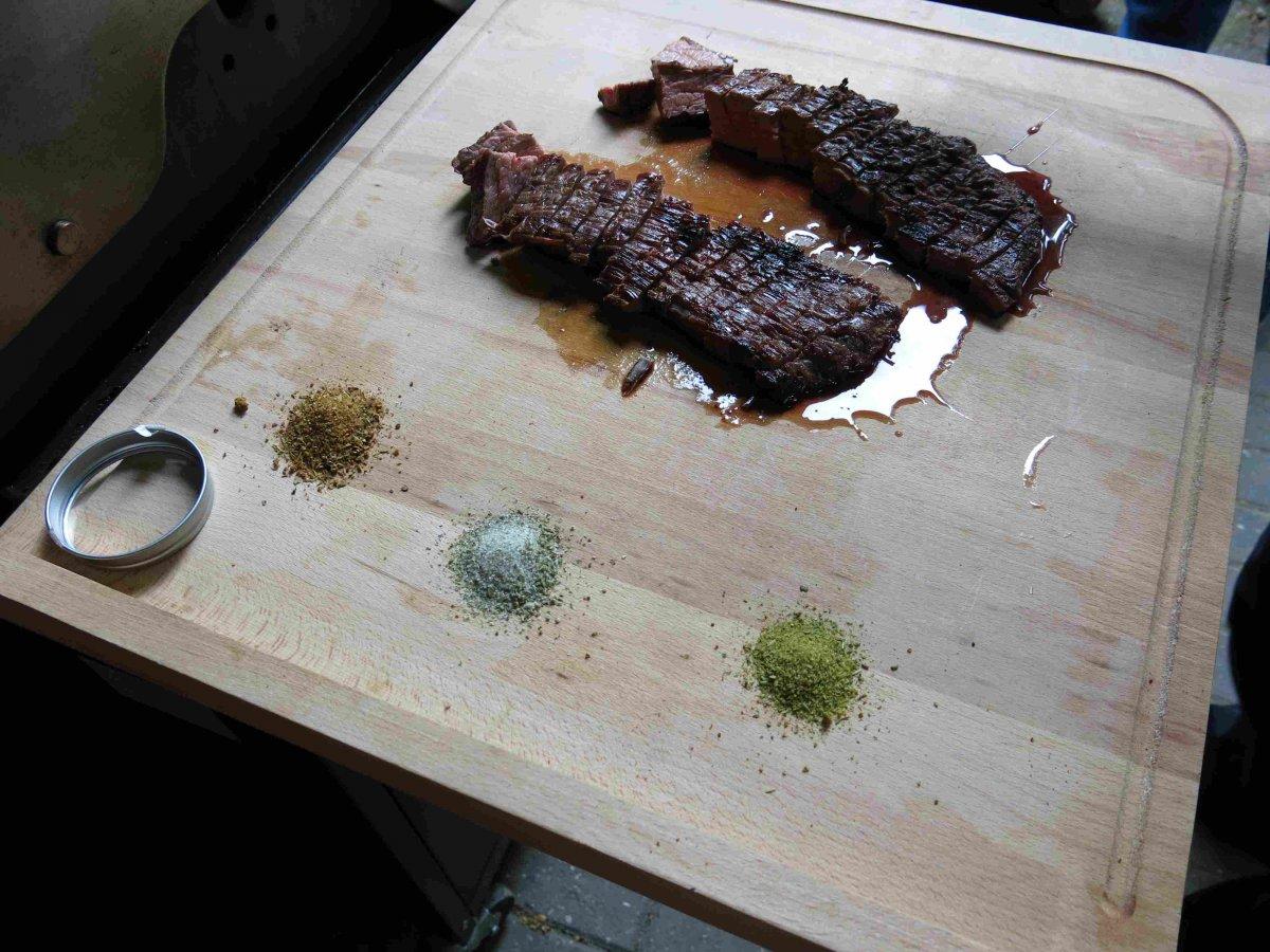 Flanksteak geschnitten mit Kräutersalz.jpg