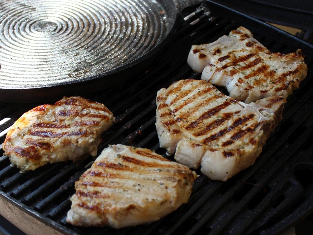 Grillkoteletts-in-Honig-Biermarinade_Koteletts-am-Grill.jpg