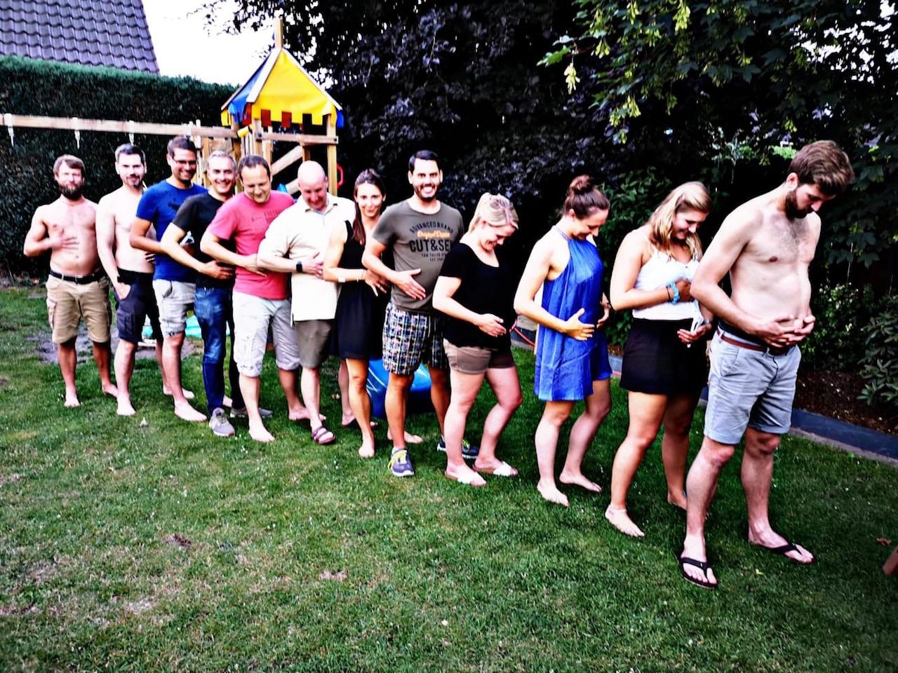 Gruppenbild Bauch voll.jpg