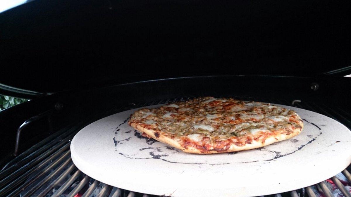 erste mal pizza schwarz grillforum und bbq. Black Bedroom Furniture Sets. Home Design Ideas