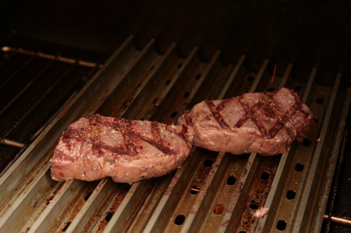Maredo-Steak , Pelletssmoker und die Grill Grates