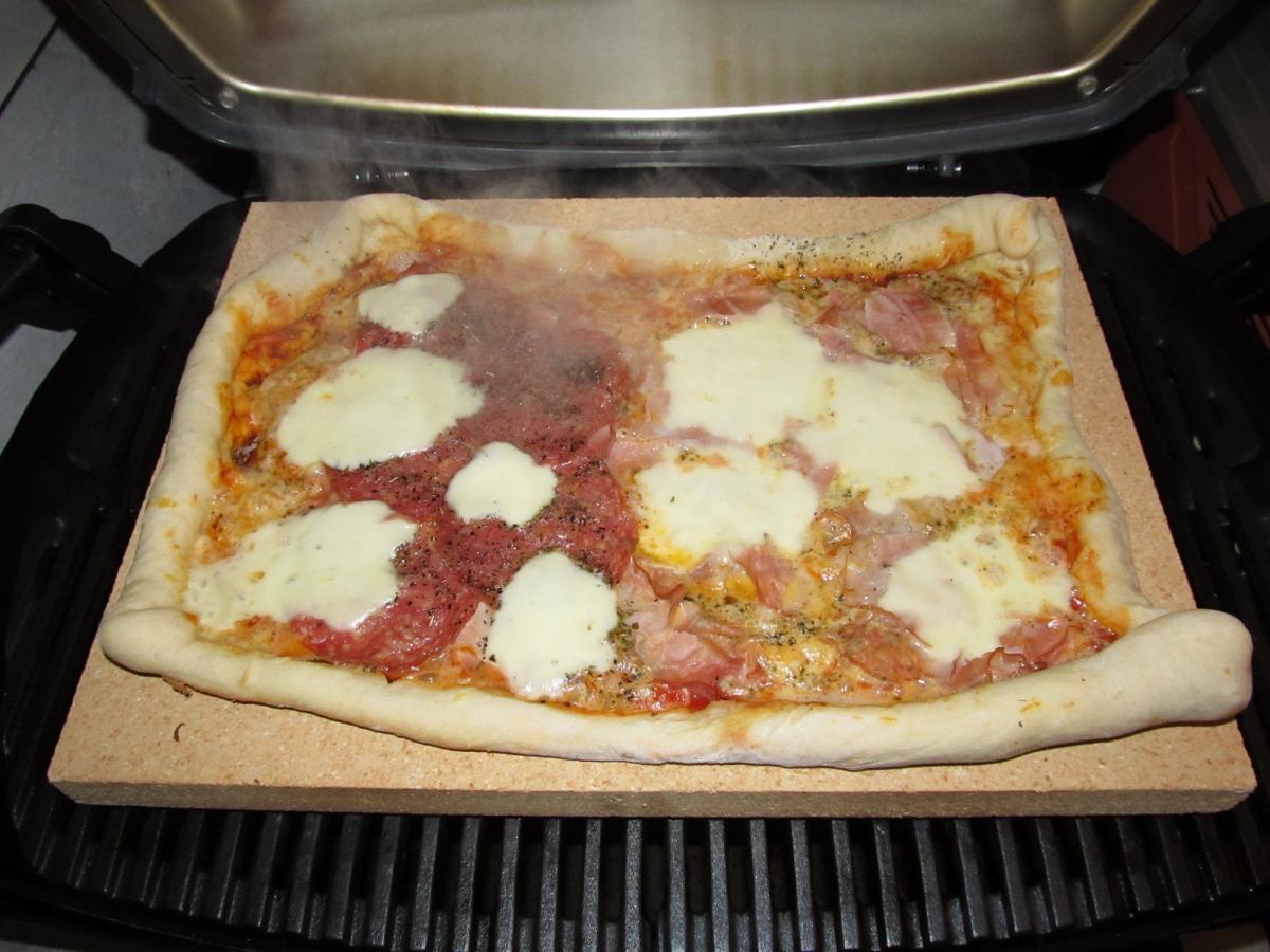 1 pizza auf dem neuen pizzastein im q240 grillforum und bbq. Black Bedroom Furniture Sets. Home Design Ideas