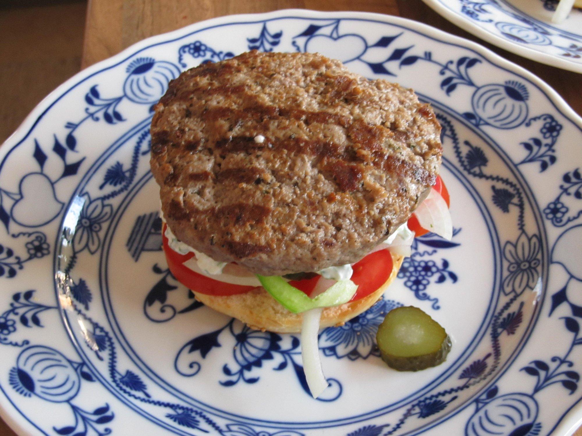 burger mit beilage the fat of the lamb lammburger mit mediterranem salat grillforum und. Black Bedroom Furniture Sets. Home Design Ideas