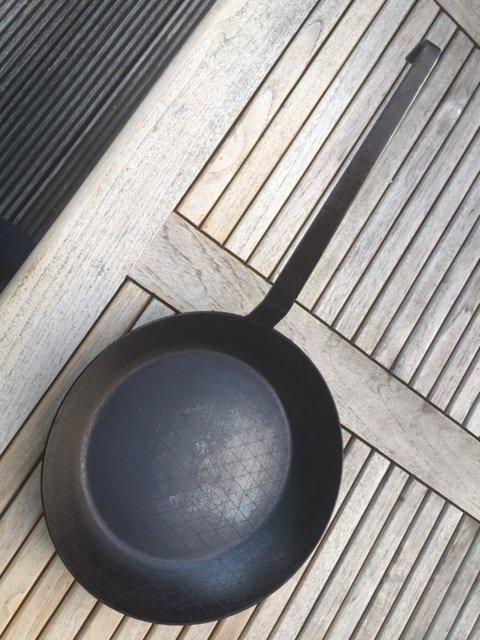 verkauft reserviert gr we profi schmiedeeiserne bratpfanne 28 cm extra hoher rand. Black Bedroom Furniture Sets. Home Design Ideas