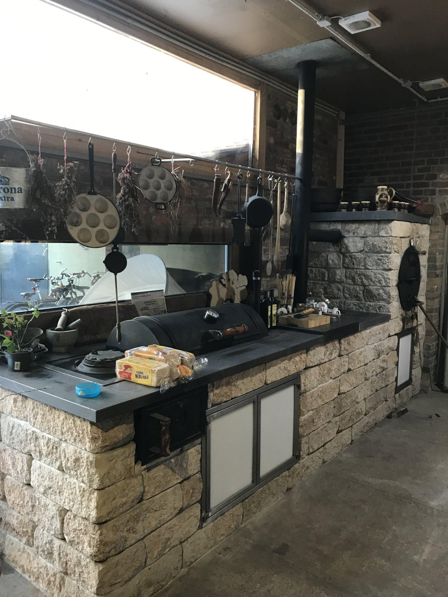 so sieht eine Outdoorküche aus wenn die großen Kinder feiern ...