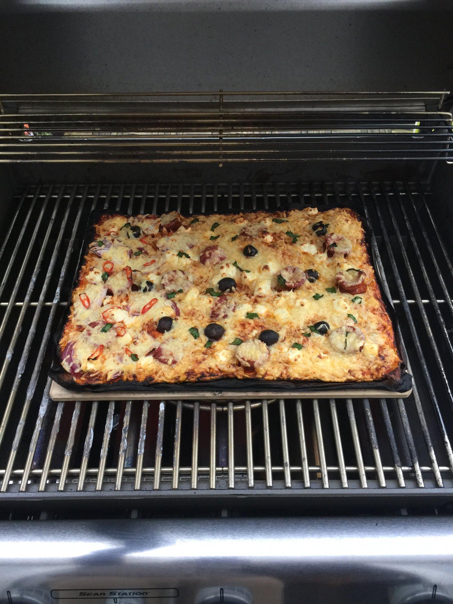 pizza auf dem pizzastein bruzzelnseite 4 grillforum und. Black Bedroom Furniture Sets. Home Design Ideas