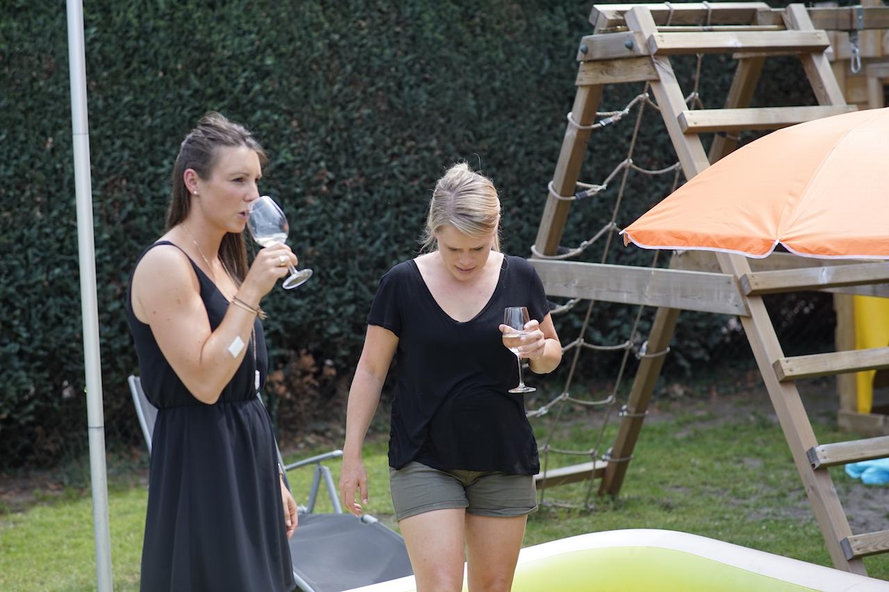 Kathi und Martina Pool.JPG