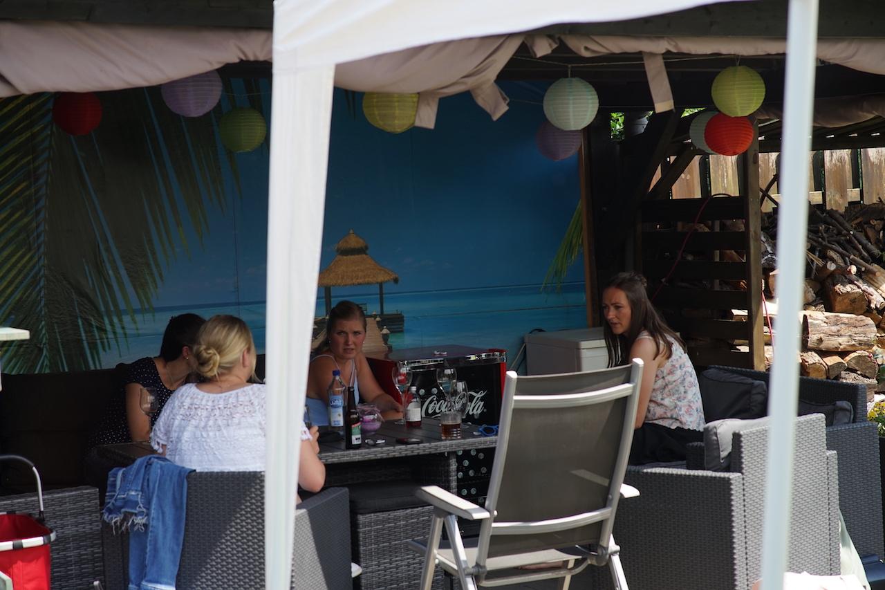 Lounge mit Mädels.JPG