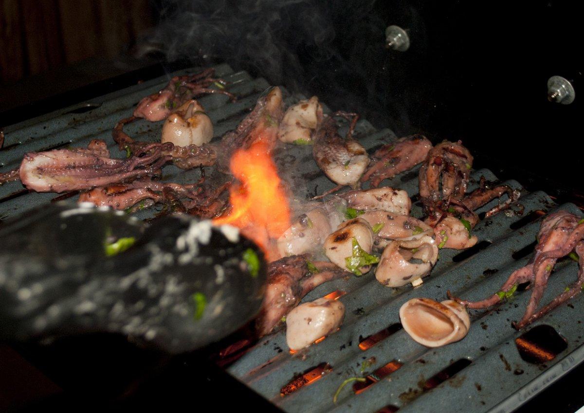 Oktopus auf Grill mit Feuer.jpg