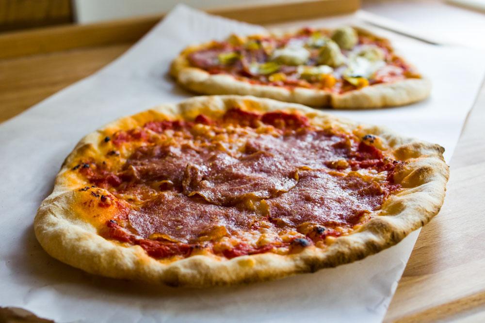 erste pizza am gasgrill grillforum und bbq. Black Bedroom Furniture Sets. Home Design Ideas
