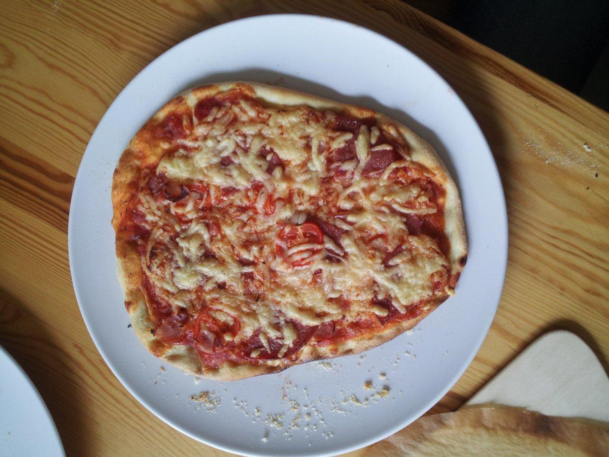 meine ersten pizzen aus dem pizza roti aufsatz. Black Bedroom Furniture Sets. Home Design Ideas