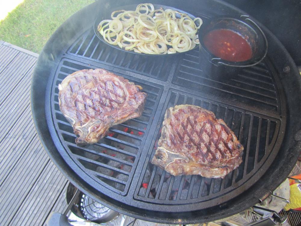 Steaks auf Grill.jpg