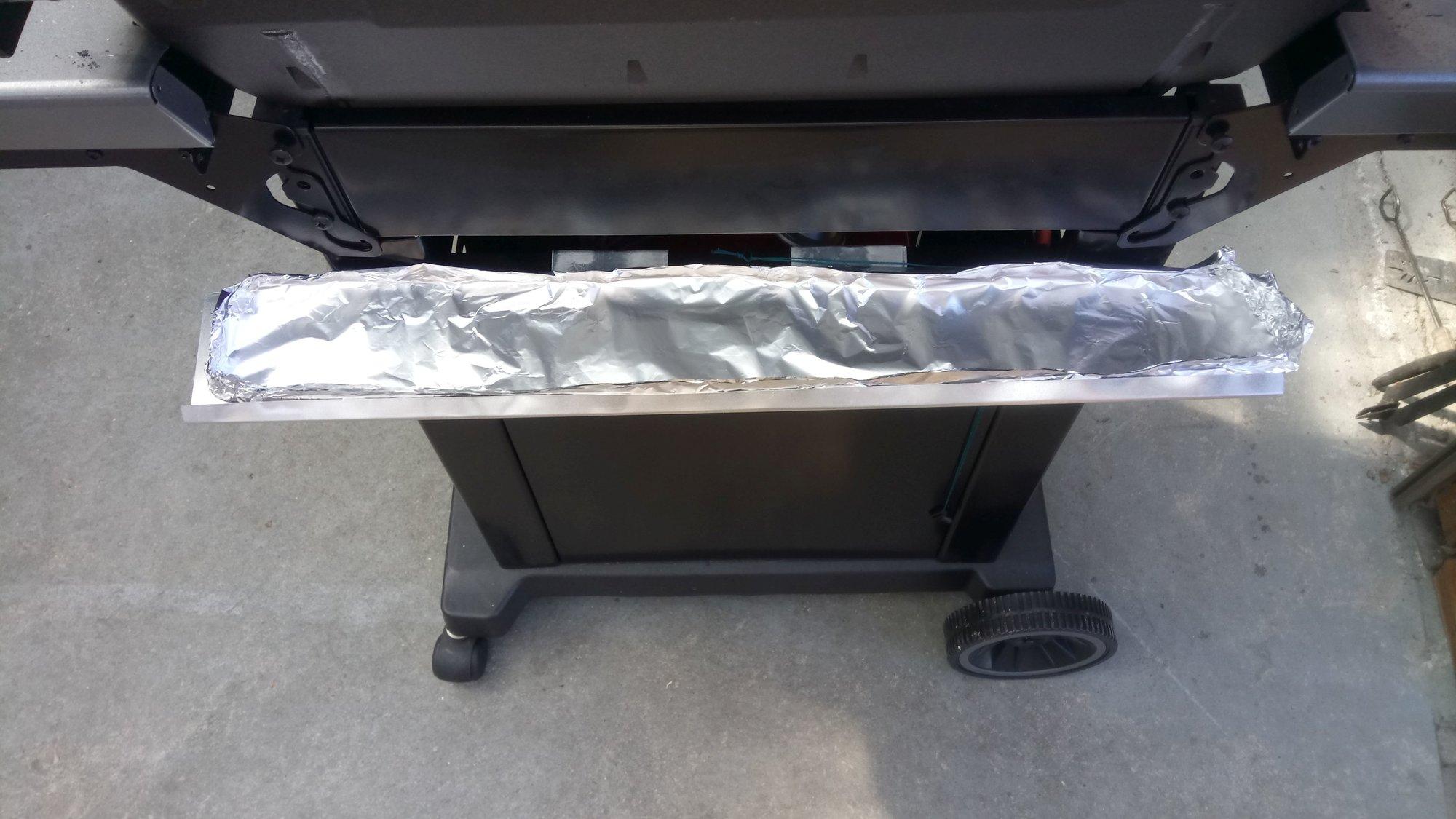 Tropfblech Deckel am Grill montiert mit Alufolie.jpg