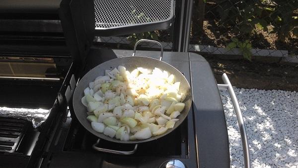 Zwiebeln auf dem Seitenkocher..jpg