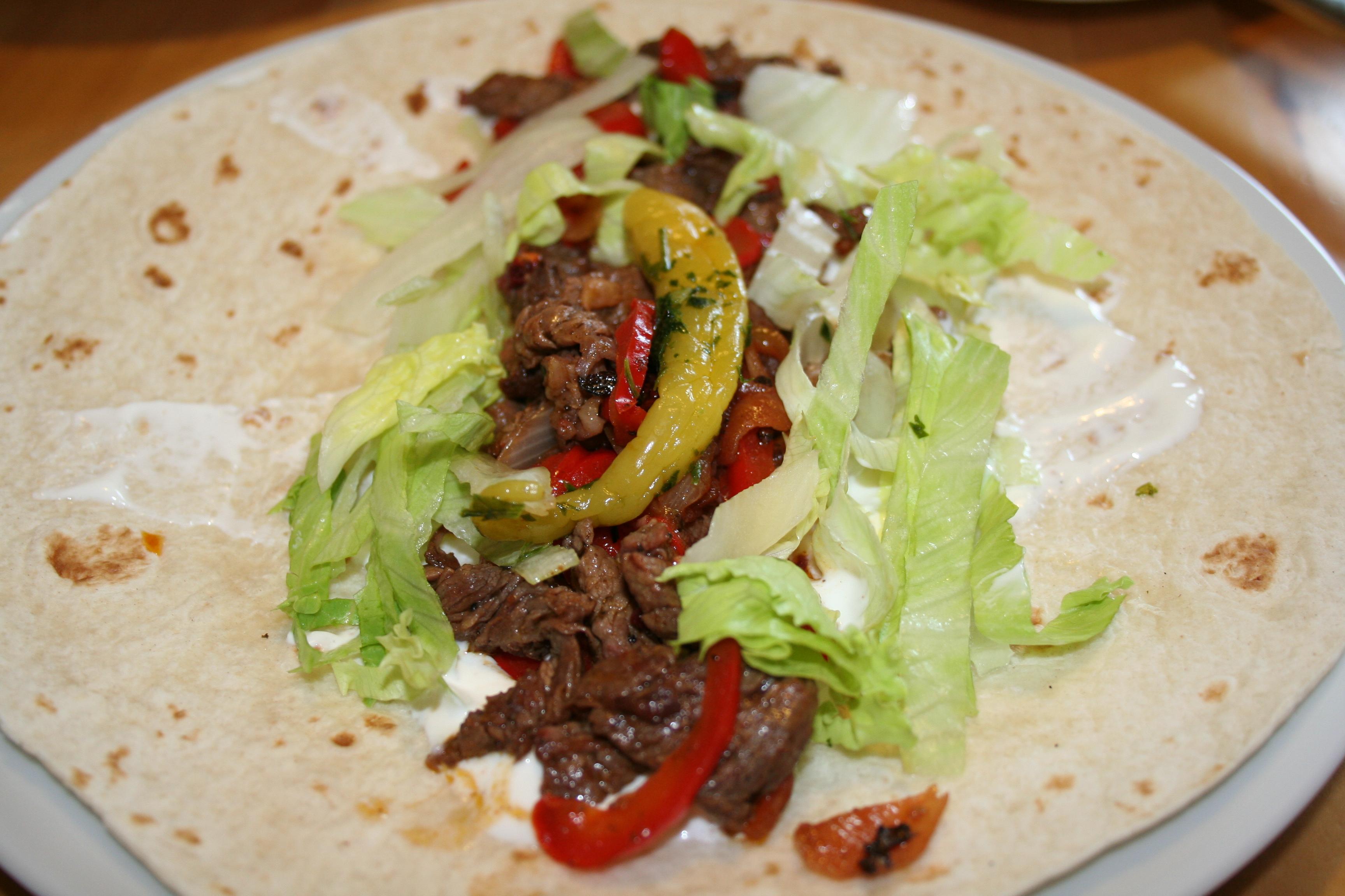 rezept tortillas wraps mit rindfleisch paprika f llung und sour cream. Black Bedroom Furniture Sets. Home Design Ideas