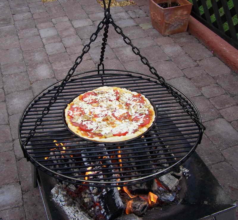 pizza auf einem schwenker grillforum und bbq. Black Bedroom Furniture Sets. Home Design Ideas