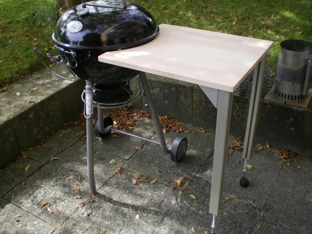 beistelltisch zum kugelgrill grillforum und bbq www. Black Bedroom Furniture Sets. Home Design Ideas