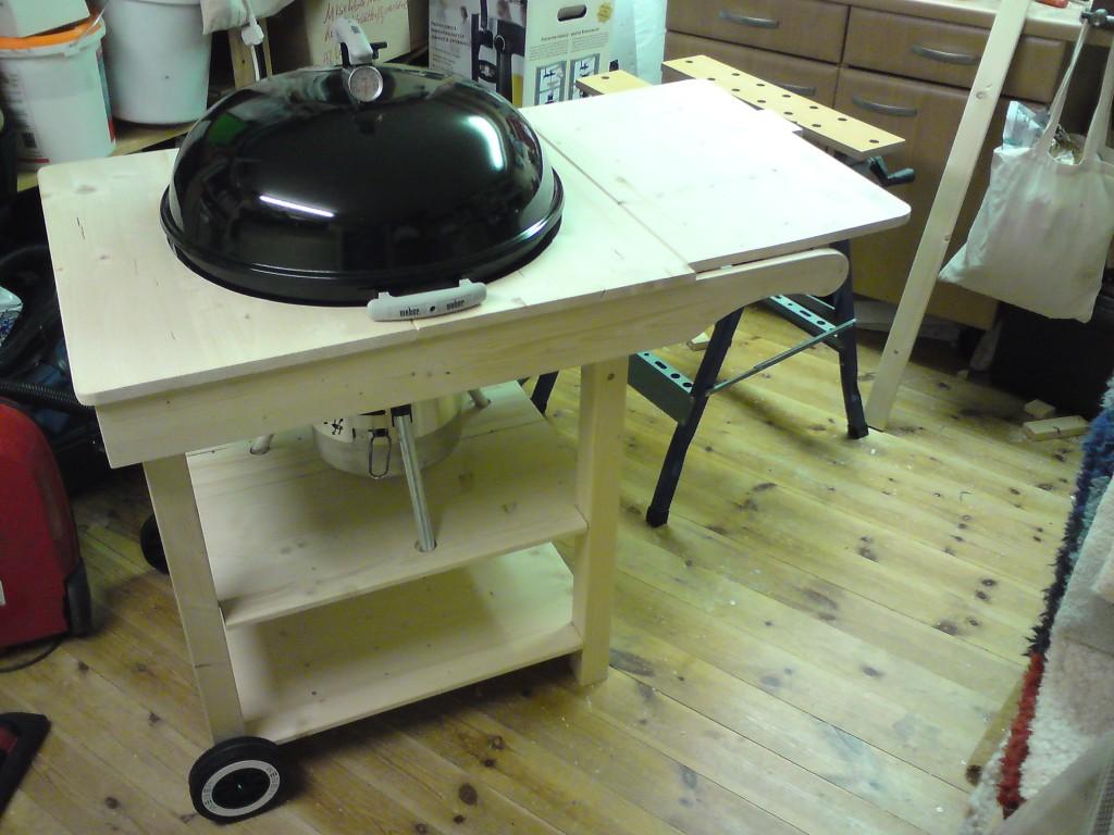 kugelgrill mit tisch dekoration bild idee. Black Bedroom Furniture Sets. Home Design Ideas